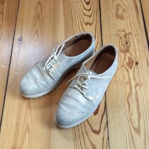 Copenhagen Shoes. Sko i Sølvfarvet kalveskind med gummisåler. Normalpris 899,-.2 år gamle, men har kun brugt dem et par gange, da jeg kom til at købe dem lidt for små.