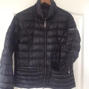 Super let og lækker jakke fra BEAUMONT AMSTERDAM, som kan pakkes sammen til ingenting... 2 lynlåslommer foran...brugt få gange...fremstår som næsten ny...pris + Porto, gerne mobilpay eller TS-handel +5%