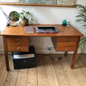 Sælger vores fine teak skrivebord med 6 skuffer. Det har levet et langt liv, og patina efter brug.  Skal afhentes på Frederiksbjerg, Aarhus.