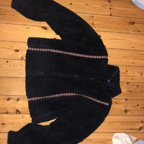 Mega fed unik jakke, sælges da jeg desværre ikke får den brugt, den er grålig sort med en flot rød detalje