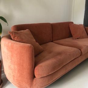 Jeg sælger denne fine sofa fra Sofacompany (Sofakompagniet)  Det er modellen Elinor i farven Dusty Rose. God som ny - er købt Dec. 2019. Prisen er inkl. 2 sofapuder i samme farve.  Sælges grundet flytning.   Afhentes på Amager.
