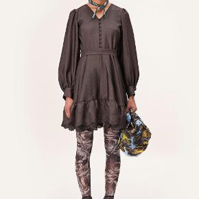 Smukkeste kjole fra Stine Goya  i farven MOCHA. Style: Farrow dress  Kjolen er nem at style, og kan bruges til både hverdag og fest. Brug den med bare ben om sommeren eller med en sweater, støvler og strømpebukser om vinteren. Kjolen er aldrig brugt, prismærket sidder stadig i.  Nypris:1800 ,- Bytter ikke og går ikke under mindstepris- sælges da jeg har brug for pengene og hvis ikke den ønskede salgspris bliver budt vil jeg hellere selv beholde den da det virkelig er en fin kjole!