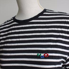 Sort/hvid-stribet t-shirt fra H2O.  Materiale: 100% Bomuld  Kan hentes i Brabrand (Gellerup) eller sendes på købers regning - også mulighed for at mødes i Århus C.  Skriv endelig, hvis du har spørgsmål til produktet :-)