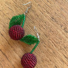 Super fine perle kirsebær øreringe 🍒 De er håndlavede og købt på en ferie 🌴