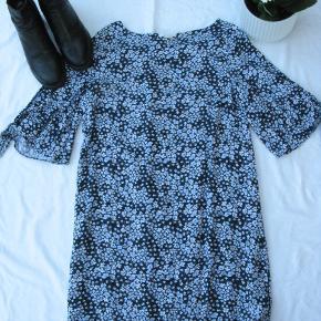 Dejlig cold shoulder kjole.  Brystmål ca. 2x49 Længde fra skulderen og ned ca. 82  100% viskose.  Jeg tager desværre ikke billeder med tøjet på