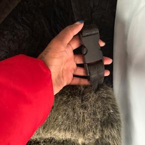 Lille fin skuldre taske , lilla indeni :) lavet af syntetisk pels og er oliven grøn