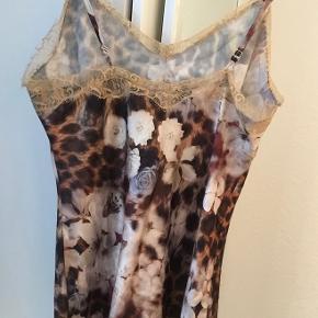 Smuk silketop med blonder og leopardprint.