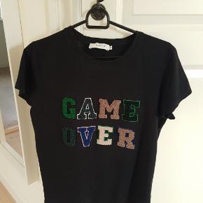 Fin bomulds T-shirt,  med tryk.   BYTTER IKKE  !!!  Prisen er 100 kr Handler mobil pay