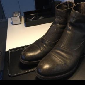 Sælger mine AF ankel støvler. De er i fin stand.  Kan afhentes i Hellerup eller sendes på købers regning. Ts gebyr kommer oveni.  Til den store side, passer nok bedst en 37,5-38.
