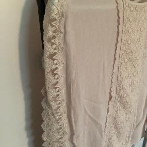Sælger denne smukke skjorte fra Rosemunde. Den er brugt ganske få gange, og fremstår i rigtig fin stand. Mener nyprisen var 1000 kr.