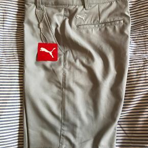Lysegrå shorts fra Puma i W28, dvs. str. S. De lysegrå shorts er købt som golfshorts og har aldrig været brugt.