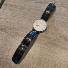 Jeg vil gerne sælge dette flotte Daniel Wellington Classic Reading ur, da jeg ikke får den brugt. Skiven på uret er 40 mm i diameter.  Uret er ca. 6 måneder gammelt men er kun blevet brugt 2 gange.  Kvittering haves ikke, da jeg har fået den i gave.  Nypris 1300 kr.