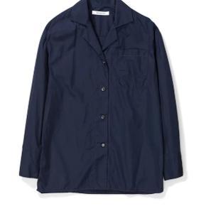En klassisk pyjamas-skjorte lavet i en lækker italiensk bomuld. Med en afslappet pasform og brystlomme.  Sælges da jeg ikke har brug for den. Helt ny med mærke.  Style: NW40-0074