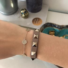 Jeg overvejer at sælge mit lækre Valentino armbånd❤️ Armbåndet er brugt, med få brugstegn, men det ser stadig flot og moderne ud. Original pakke medfølger, BYD!🌸