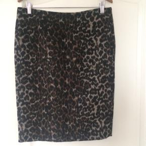Skønt pencilskirt i leopardpræget uld med for. 40%uld/60%polyester.  Lynlåslukning bagpå og slids.. aldrig brugt, pris + Porto , gerne mobilpay eller TS-handel +5%