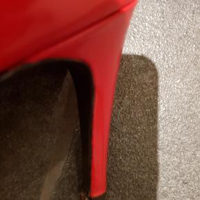Varetype: Stiletter Farve: Rød Oprindelig købspris: 2295 kr.  Brugt to gange. Købt for små. Røde lakstilletter. Flotte. Flotte flotte:-) Ny pris 2295.