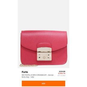 Helt ny furla mini metropolis taske i farven Ruby. Alt haves , kvittering, dustbag , tags mm , sælges kun fordi jeg vil have den i en anden Model.