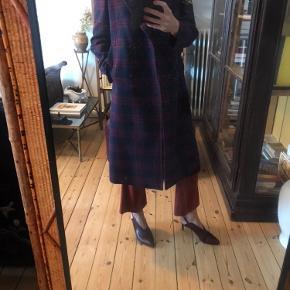 Smukkeste CK frakke fra NYC Bergdorff Goodman. Har været ekstremt dyr - kr 10000 - så derfor er prisen helt fast!  Bytter ikke.