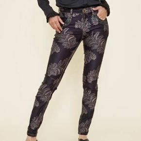 Smukke Mos Mosh jeans sælges, da de pga vægttab desværre er blevet for store. Fremstår som nye.  Str 32. Bytter ikke.