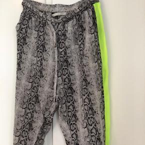 Varetype: Silkebukser Størrelse: 34 Farve: Multi Oprindelig købspris: 1200 kr.  Brugt meget få gange (bukserne fremstår derfor som nye).