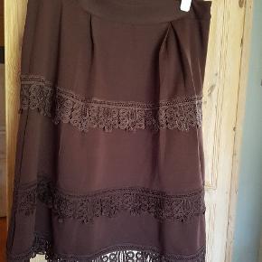 Meget flot og elegant nederdel i en dejlig chokoladebrun farve. Stoffet er tungt og egner sig godt til efterår/vinter:-)