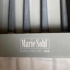 Hejsa. Da jeg flytter og ikke vil have alt muligt liggende, sælger jeg dette bestik fra MARIE SOHL. Som i kan se på billederne er det helt nyt med prismærke på. Er du interreseret i dette bestik sæt, så skriv gerne så vi kan finde en fair pris🤩🍴 Jeg sender gerne, men kan også mødes i Rødovre💋
