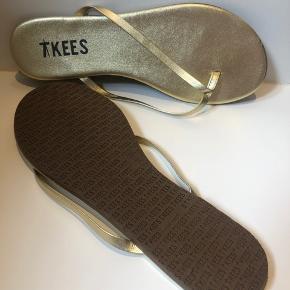 4 par T Kees flip flop sandaler til salg - brugt meget lidt. Nypris 400kr pr par. Sælges for 100 kr pr par. De hvide er str 42 men kan godt bruges af en str 41 (jeg har selv brugt dem) Alm i str. min fod måler 26,5 cm og jeg passer den.