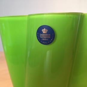 Smuk Royal Copenhagen Crystal vase i neongrøn/limegrøn  (hvid indvendig).  Tip top stand!  Højde: 16 cm.   Jeg er åben for bud...  Sender gerne 📦 Og forsvarligt...