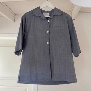 Boxy kortærmet skjorte fra Libertine Libertine. Aldrig brugt, dog har jeg taget mærkerne af.  Byd endelig 🌼