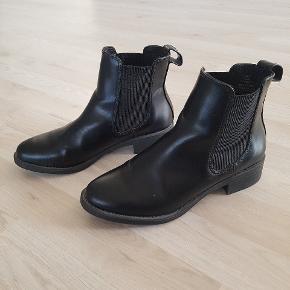 Fine støvler i imiteret læder fra H&M. Kun brugt enkelte gange. En meget disket rids forrest på højre snude.