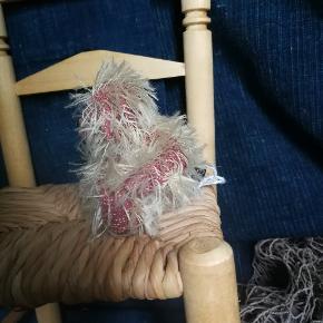 En lille sidde bamse, med bevægeligt hoved.. Håndsyet af expert, I lækre materialer. Måler ca 8 cm i hj. Og 9 cm I br. (ubrugt har siddet i et skab)(har samme form som bamse på sidste foto, bare i pjusket materiale)  God til samleren og til barnet.