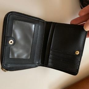DKNY pung, små brugsmærker men fejler ellers intet.