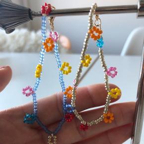 2 perle armbånd med multi farvede små løkker. Sælges samlet eller hver for sig. 💮 prisen samlet inkl Porto: 50kr 💮💮 Prisen pr. Styk inkl Porto: 30kr