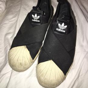 Str. 36. Kan også fitte en 37.  Adidas sneakers. Rimlig slidte så jeg sælger derfor billigt. Sorte.