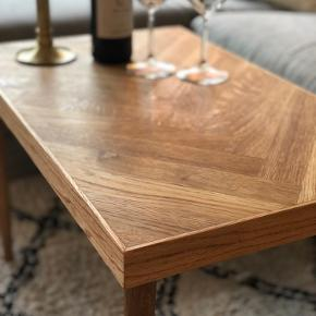 Elegant håndlavet sildebensbord i egetræ med massive egetræsben🌳 Har en rigtig god størrelse til et sofabord.☀️  Bordet har fået en naturlig olie, så træet virkelig kommer til sin ret og så det er modstandsdygtigt i forhold til vand og snavs.💪🏼  Kan laves i andre mål mod bestillinger🔨🔩  Mål: L: 70 B: 43 H: 46  Kan afhentes i Brønshøj.