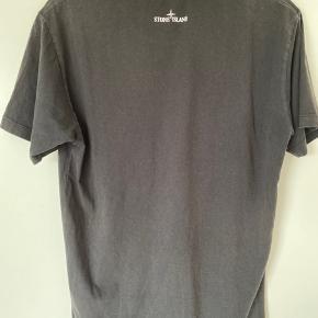 Sælger denne lækre Stone Island T-Shirt.  Cond 7 Den er en lille bitte smule forvasket, men ikke noget man ligger så meget mærke til, ellers er den super sprød.  Pris 450kr Men er åben for bud  Den er en størrelse Medium. Den er 73 CM fra top til bund.  Har det meste OG, som bag og kvittering.