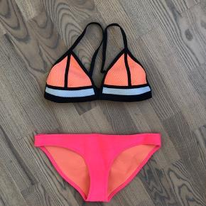 Jeg sælger denne smukke bikini fra Triangl. Den er kun brugt få gange.  Overdelen er en str.L (passer også M) og underdelen er en str.S.  Nyprisen var 700kr.  Bikinien kan afhentes i Randers / Århus eller sendes mod betaling med DAO for 35kr.  Jeg bytter desværre ikke.