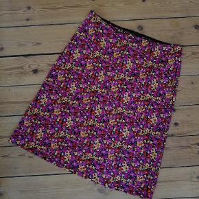 Flot vintage nederdel med blomster, muligvis en underkjole. Ingen størrelse i, men vil skyde på en L, op til XL. Fine farver