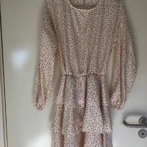 Sælger min ubrugte kjole i beige med brune prikker  Den har lag på lag  Åben ryg med en knap øverst