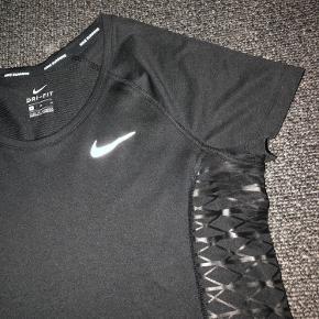 Nike trænings t-shirt i str. M i sort.  Brugt 2 gange og fejler ingen ting.  Sælges da den er for stor.   Kom gerne med et bud.✨