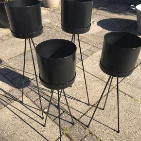 Pedestaler med krukker. Er i fin stand, men man kan godt se de har været brugt. Np 200kr pr stk. Sælges samlet til 150kr. Ellers 50kr pr stk. Er i to højder.