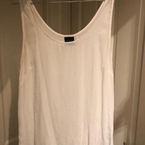 Smuk fin hvid top fra selected i tyndt Hvidt silkelignende stof.