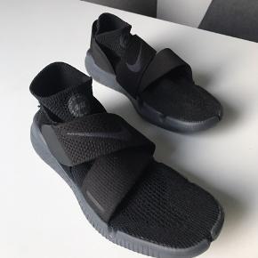 Nike free RN motion Flyknit 2018. Købt i USA februar 2019. Brugt 2 gange. Skriv gerne for flere billeder eller bud.
