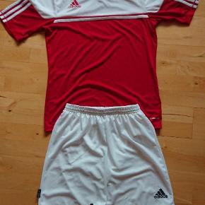 Varetype: Fodboldtrøje Størrelse: M Farve: Rød, Hvid Oprindelig købspris: 350 kr. Prisen angivet er inklusiv forsendelse.  Adidas t-shirt og shorts.    Aldrig brugt - kun klippet mærket af og vasket én enkelt gang.