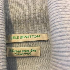 Smuk lyseblå sweater med høj hals. 100 % merinould.  Har kun været brugt og vasket få gange.  Str. L, men lille i str. (jeg er selv en normal str. M).