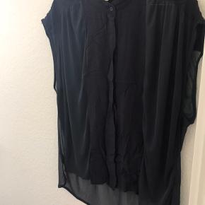 Kan afhentes i Odense C eller sendes på købers regning. Har meget billigt tøj til salg, hvis andet har interesse, så skriv til mig så finder vi en god pris sammen.
