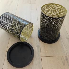 Lysestager, Metal lysestager, KJ Collektion  Som ny  Prisen er for begge lysestager tilsammen = ca. 49, kr pr. stk  To stk super flottel lysestager med sort metal skærn udvendig og guld invendig så det giver et godt og varmt lys.  Lysestagerne ser rigtig flot ud med store lys eller med to - tre små fyrfadslys i hver  Bunden er i sort træ  Hver lysestage er 20 cm høj og 15 cm i diameter  Sender gerne hvis køber betaler fragt