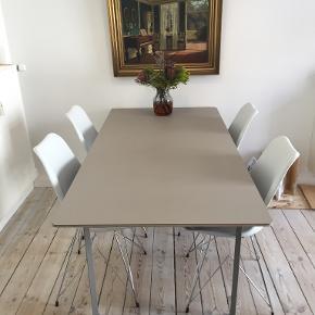 Muuto spisebord m linoleumsoverflade i grå. Et rigtig dejligt spisebord som jeg har haft i knapt 3 år. Bordet koster 9.500,00 kr. fra nyt, men fordi der er en plet på bordet (ses på billedet) sælger jeg det for kun 2500. Køber kan evt. give det en gang linolie mere, det er jeg blevet vejledt til, men har ikke selv prøvet. Stolene kan tilkøbes, der er 4 stk. De er fra ilva og er i rigtig pæn stand. Med stole koster det 3000. B: 85 cm. L: 170 cm.