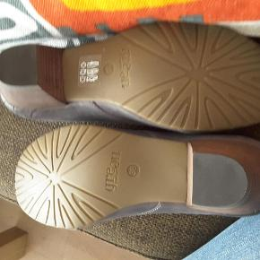Varetype: Sko Farve: Grå Prisen angivet er inklusiv forsendelse. Nu ekstra nedsat  Lækre sko købt her på TS men passer dem desværre ikke   Green comforts gode kvalitet De er lysere end billedet vise
