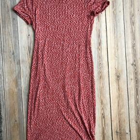 Utrolig flot, løstsiddende kjole.    Kjolen har en behagelig og lige pasform. Perfekt til stranden.   Kun brugt få gange.   Mål Længde: ca. 108 cm Bredde (skulder til skulder): ca. 38 cm.   Lavet af 95% viscose og 5% elastane